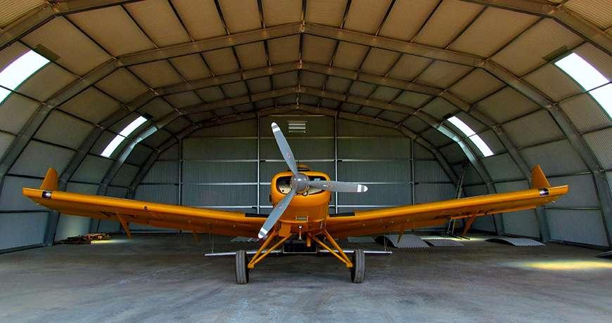 Frisomat repülőgép hangár légcsavaros repülőgéppel