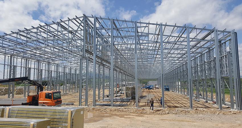 Az 50×200 méter alapterületű, 12 méter belmagasságú acélcsarnok építése