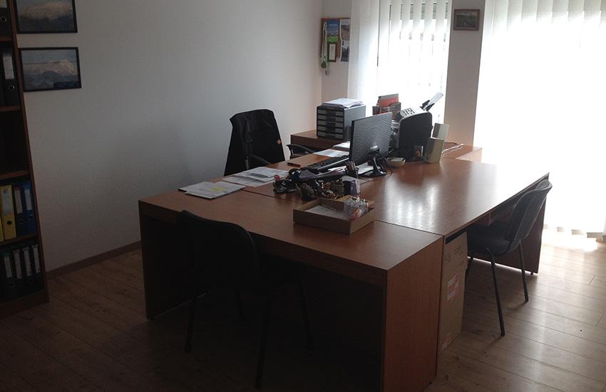 A csarnok szerviz- és irodahelyiséget is tartalmaz